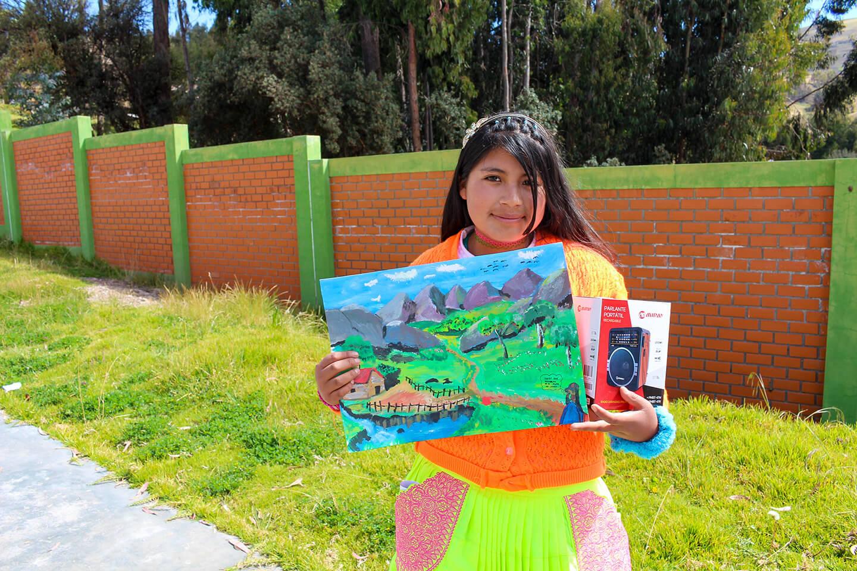 Lorena* recibiendo el premio del concurso de expresión artística.