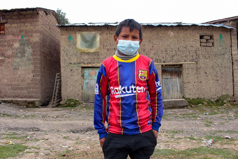 Angel, un niño de 12 años, quien vive en la Comunidad de Chucllaccasa en Yauli, Huancavelica