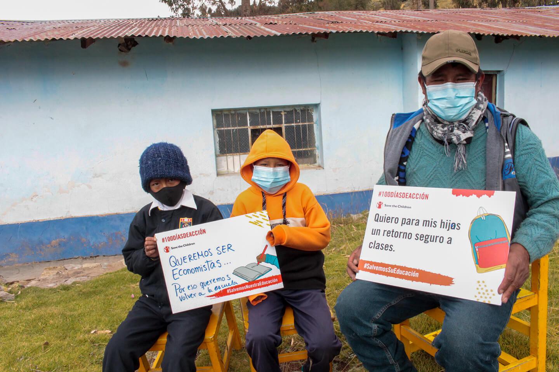 Juan*, junto a su hermano Ronald* y su padre Pablo*, contándonos por qué quieren regresar a las clases presenciales.